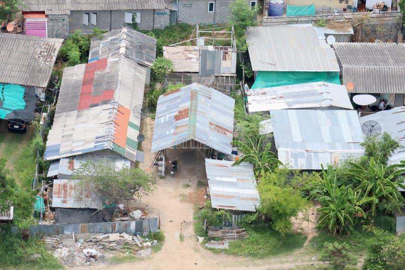 Vista aérea de los tugurios o de las unidades de alojamiento llenas para la gente pobre foto de archivo libre de regalías