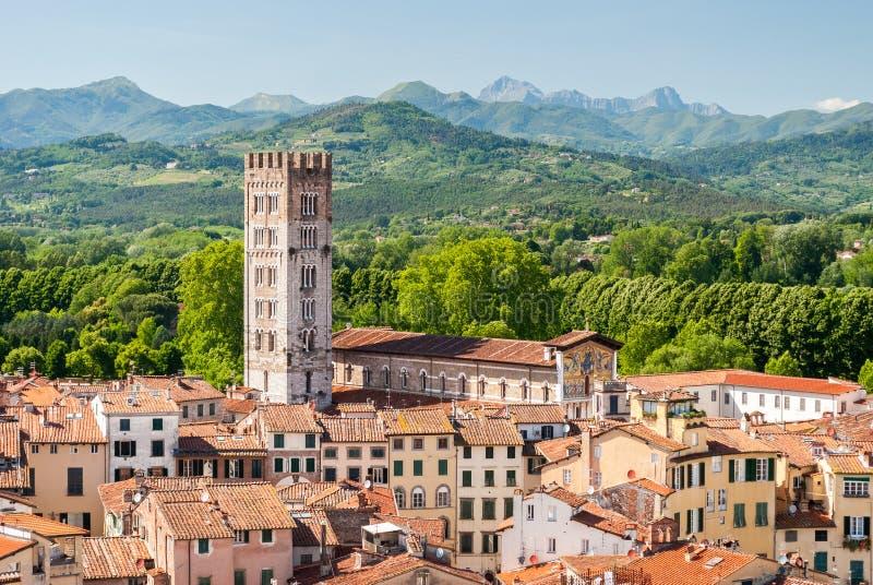 Vista aérea de Lucca, en Toscana, durante una tarde soleada; el campanario pertenece a la iglesia de San Frediano foto de archivo libre de regalías