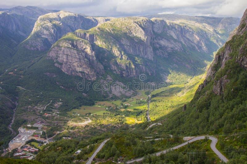 Vista aérea de Lysefjord e de Lysebotn da montanha Kjerag, na municipalidade de Forsand imagem de stock royalty free