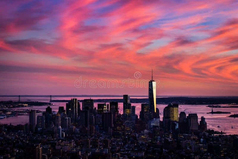 Vista aérea de Manhattan más baja en colores del rosa salvaje de la puesta del sol foto de archivo libre de regalías
