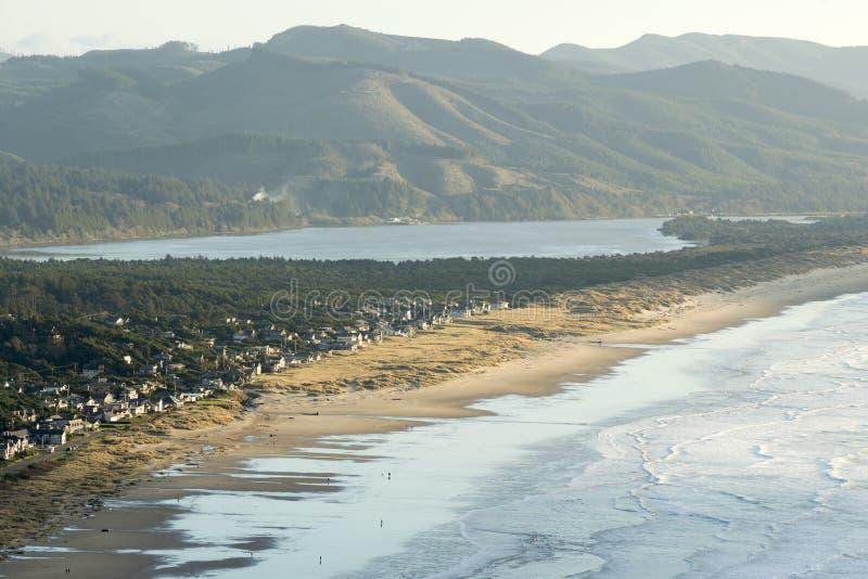 Vista aérea de Manzanita, de Oregon, de baía de Nehalem, e da Costa do Pacífico fotografia de stock