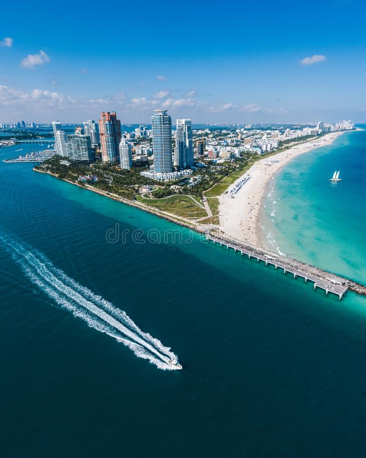 Vista aérea de Miami Beach com a lancha na vista fotografia de stock royalty free