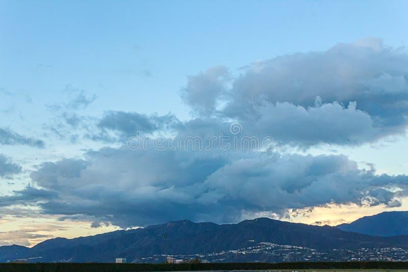 Vista aérea de montanhas de San Gabriel com residências do montanhês e as grandes nuvens de tempestade fotografia de stock