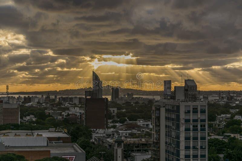 Vista aérea de Montevideo na noite imagens de stock