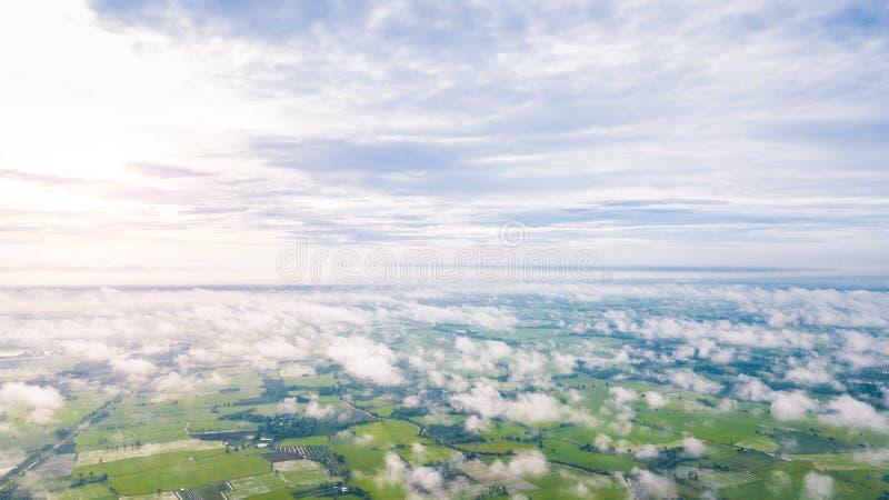 Vista aérea de muito ao alto nebuloso acima da terra imagem de stock royalty free