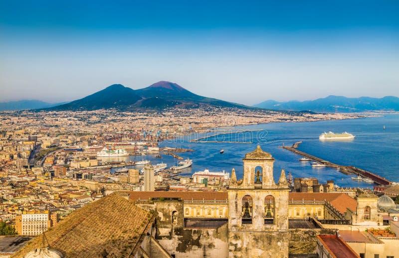 Vista aérea de Nápoles con el monte Vesubio en la puesta del sol, Campania, Italia imagen de archivo libre de regalías
