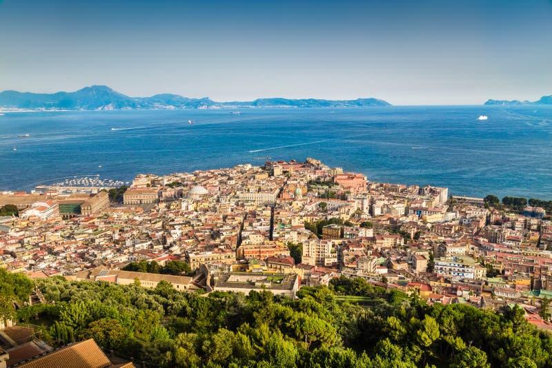 Vista aérea de Napoli con el golfo de Nápoles en la puesta del sol, Campania, Italia imagen de archivo