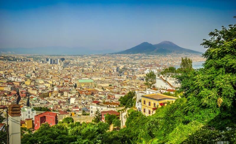 Vista aérea de Napoli con el monte Vesubio, Campania, Italia fotografía de archivo libre de regalías