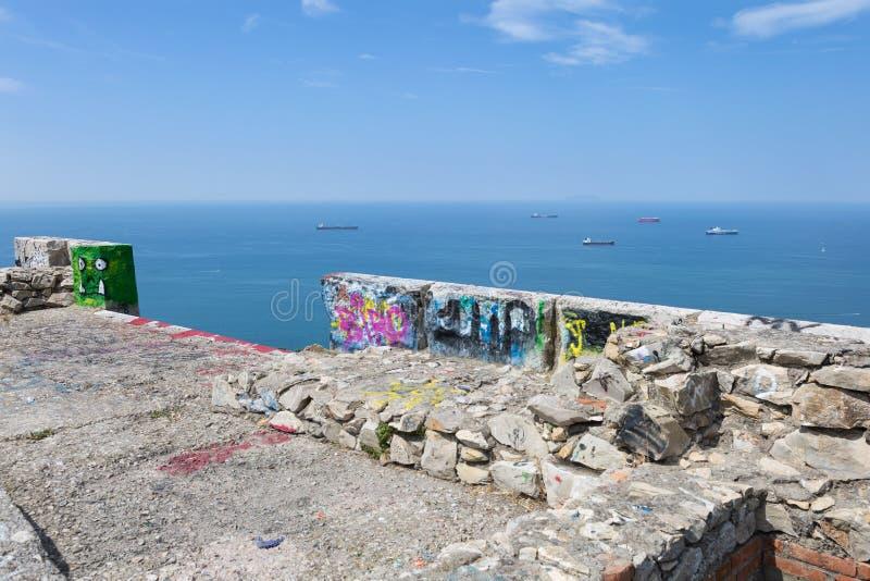 Vista aérea de navios de carga vazios perto da costa com mares de calma fotografia de stock