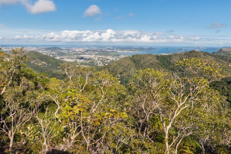 Vista aérea de Noumea en Nueva Caledonia de las grandes montañas de Terre foto de archivo libre de regalías