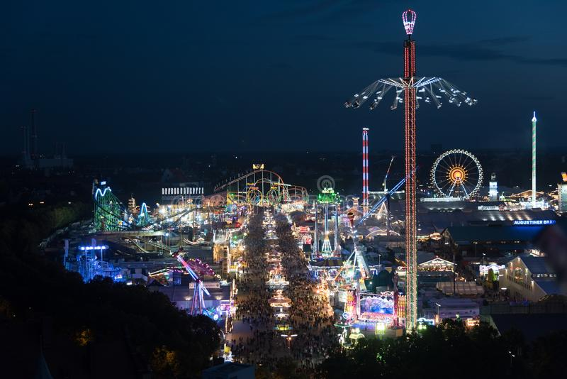 Vista aérea de Oktoberfest na noite imagens de stock