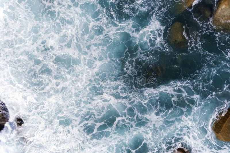 A vista aérea de ondas deixando de funcionar em rochas ajardina a opinião da natureza e o mar tropical bonito com opinião de cost foto de stock royalty free