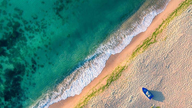 Vista aérea de ondas e de areia de oceano na praia fotos de stock royalty free