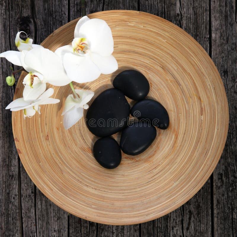 Pedras da massagem em uma bacia da cerâmica fotografia de stock