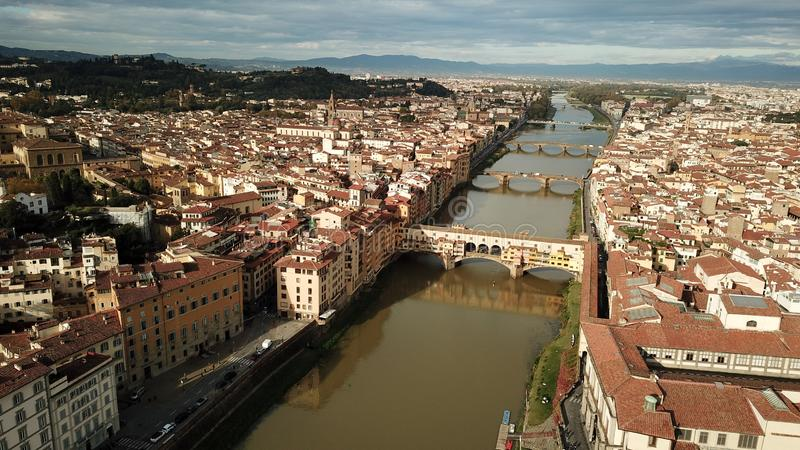 Vista aérea de Ponte Vecchio en Firenze Florencia, Italia en verano imagen de archivo libre de regalías