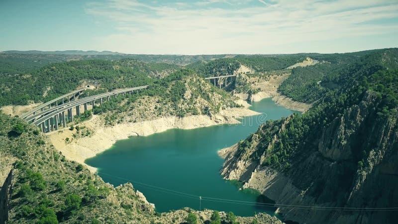 Vista aérea de pontes higway e railway na área montanhosa da Espanha fotos de stock royalty free