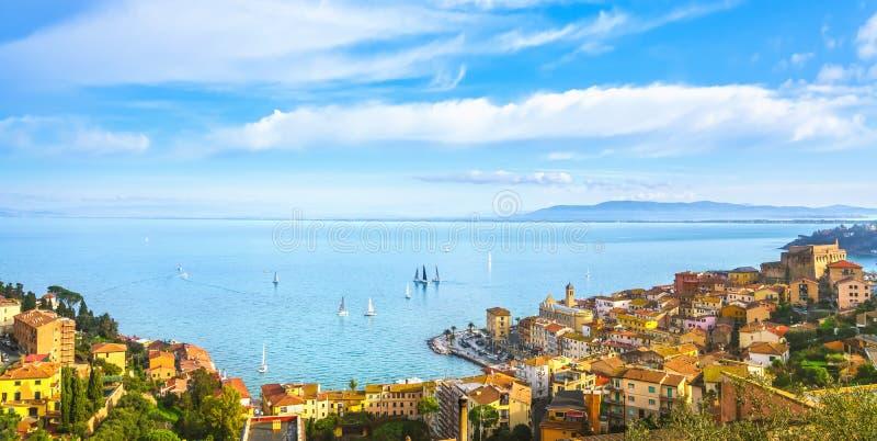 Vista aérea de Porto Santo Stefano e regata Argentario, Toscana, Itália imagem de stock royalty free