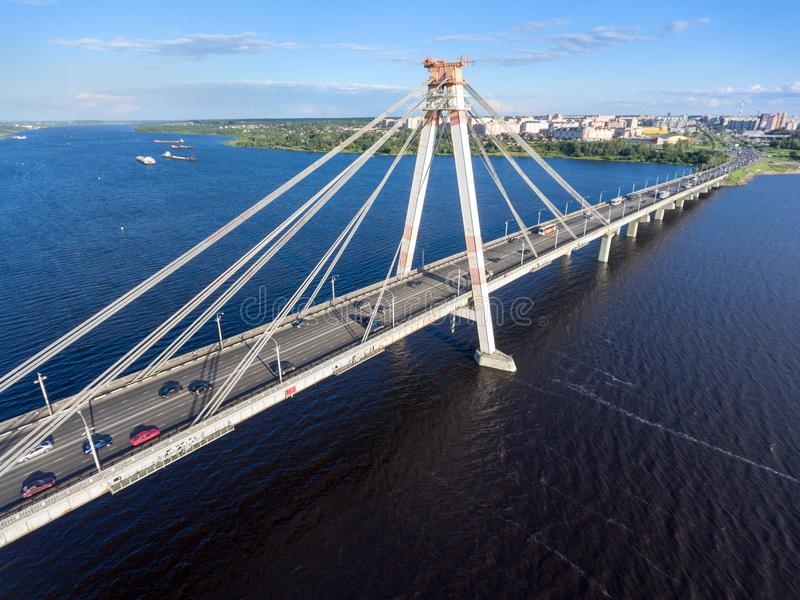 Vista aérea de puente colgante de Octyabrsky con tráfico en el camino Cherepovets, región de Vologda, Rusia imágenes de archivo libres de regalías