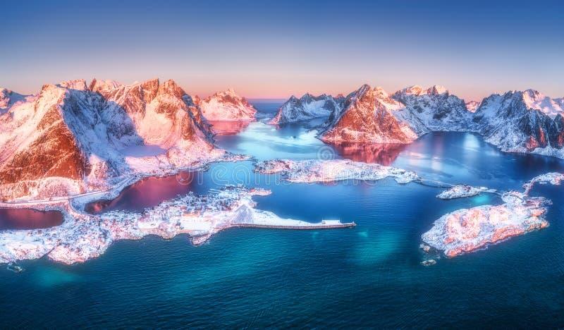 Vista aérea de Reine y de Hamnoy en la salida del sol en invierno imagen de archivo libre de regalías