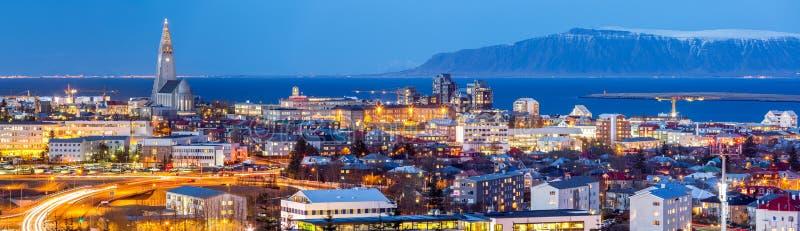 Vista aérea de Reykjavik en la oscuridad foto de archivo