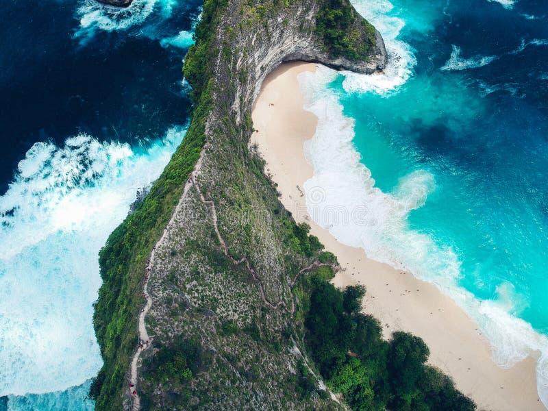 Vista aérea de rocas y del agua azul en la playa de Kelingking en la isla Nusa Penida en Bali fotos de archivo libres de regalías