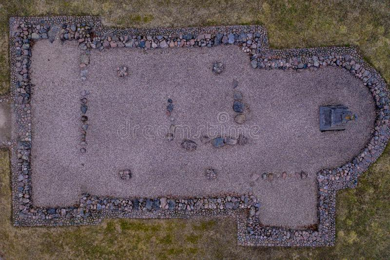 Vista aérea de ruínas velhas e de monumento da igreja no dia de nivelamento ensolarado imagens de stock royalty free