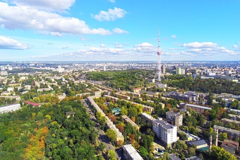 Vista aérea de ruas da cidade de Kiev com parque e a torre de aço alta da tevê contra o dia ensolarado brilhante do OM do céu azu foto de stock royalty free
