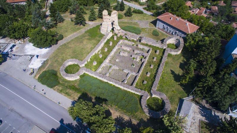 Vista aérea de ruinas de la fortaleza medieval Kastra Martis, Bulgaria imagen de archivo libre de regalías