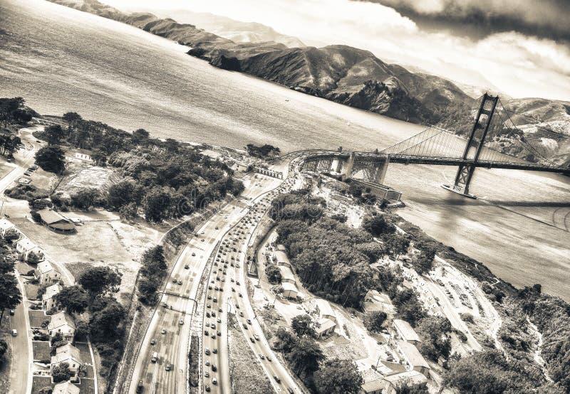 Vista aérea de San Francisco Golden Gate Bridge y de la carretera 1 de los E.E.U.U. fotos de archivo libres de regalías