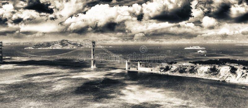 Vista aérea de San Francisco Golden Gate Bridge y de las colinas f de la ciudad imagen de archivo