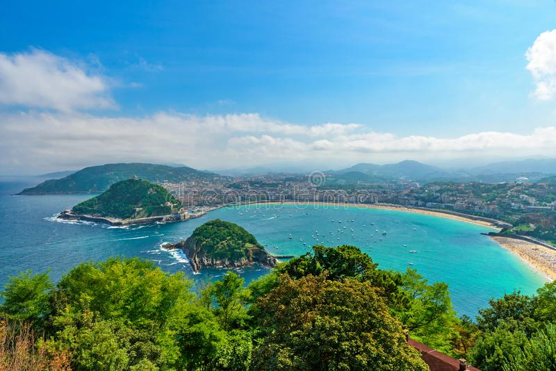Vista aérea de San Sebastian ou de Donostia com o Concha em um dia de verão bonito, Espanha do La da praia foto de stock