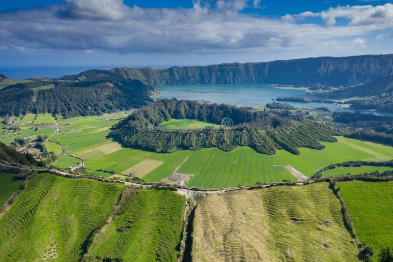 Vista aérea de Sete Cidades no lago Azul no Sao Miguel Azores da ilha, Portugal Foto feita de cima pelo zangão foto de stock