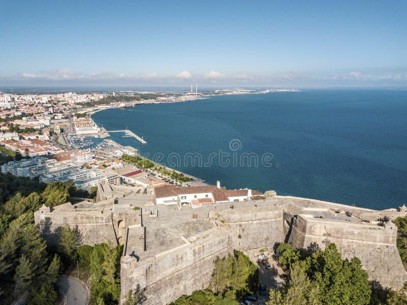 Vista aérea de Setubal com a fortaleza na floresta, Portugal fotografia de stock royalty free