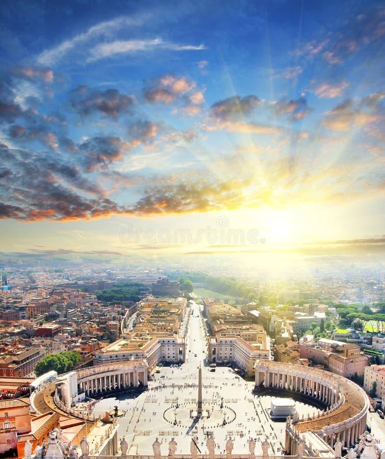 Vista aérea de St Peter Square y Roma en la salida del sol de la catedral de San Pedro, Vaticano, Italia fotos de archivo