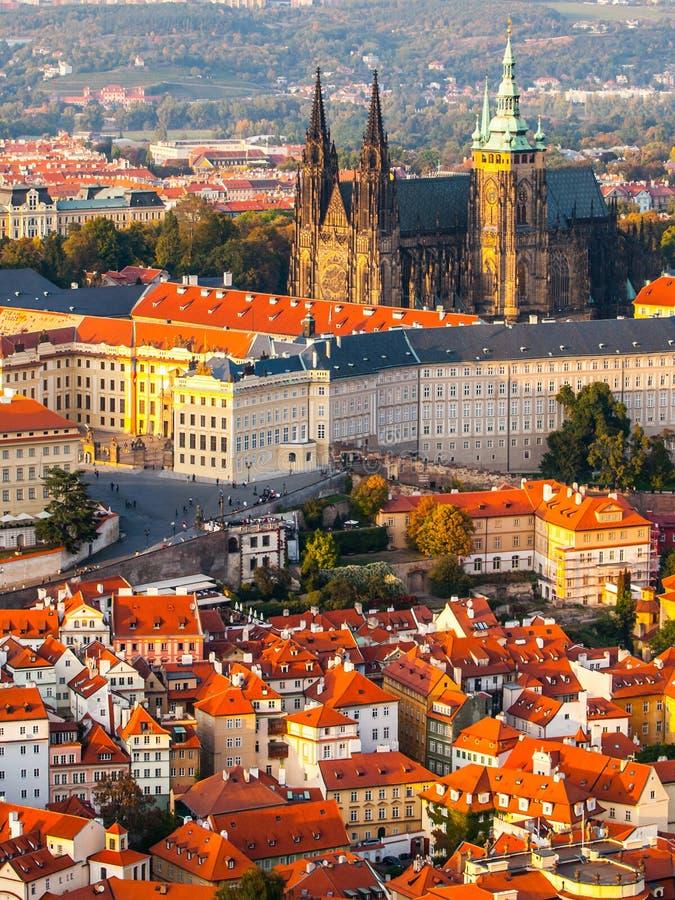 Vista aérea de St Vitus Cathedral e castelo em Praga da torre de observação do monte de Petrin em República Checa imagem de stock royalty free