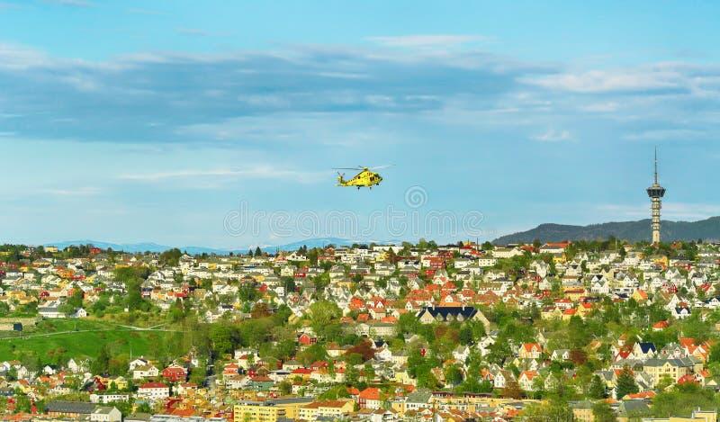 Vista aérea de Strondheim con el helicóptero de la ambulancia aérea foto de archivo libre de regalías