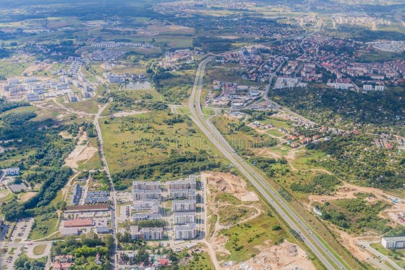 Vista aérea de subúrbios de Gdansk com a estrada de Armii Krajowej, Pola foto de stock royalty free