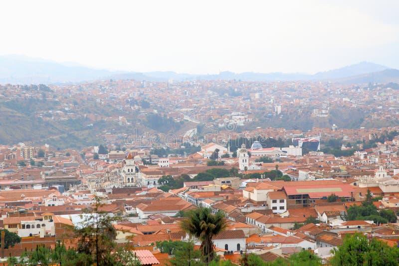 Vista aérea de Sucre, Bolivia con las montañas visibles en el b imagen de archivo libre de regalías