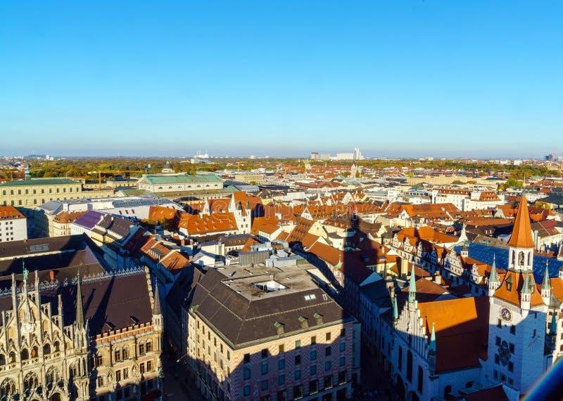 Vista aérea de tejados rojos en la ciudad vieja, Munich, Alemania imagen de archivo