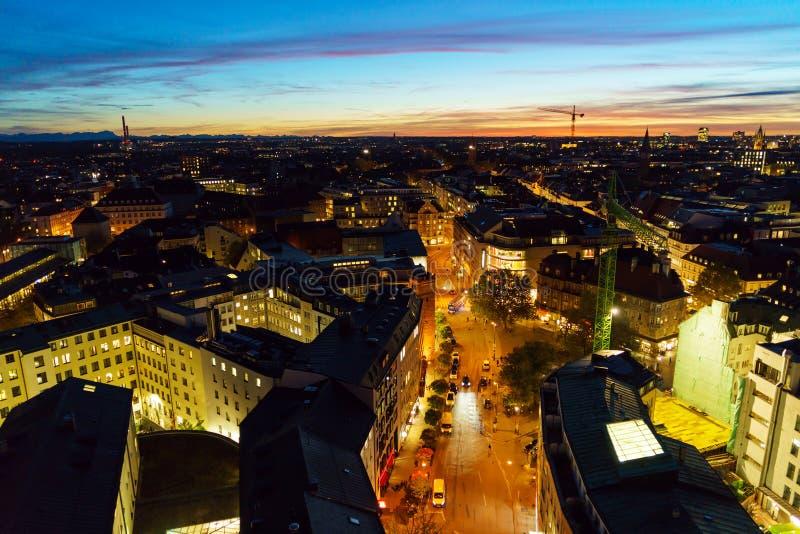 Vista aérea de tejados rojos en la ciudad vieja en la noche, Munich, Alemania imagenes de archivo