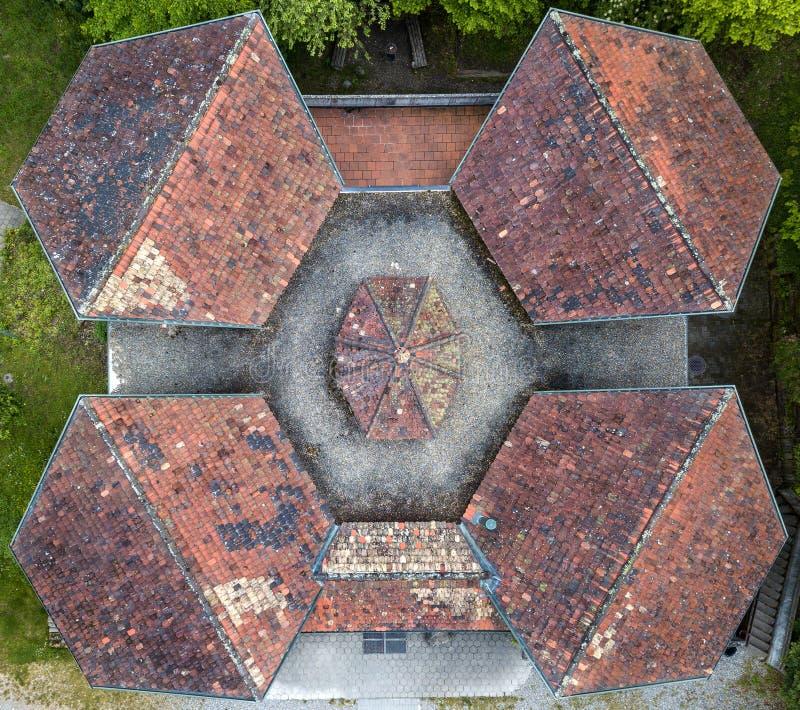 Vista aérea de tejados de una casa de la escuela vieja con diseño simétrico fotos de archivo libres de regalías