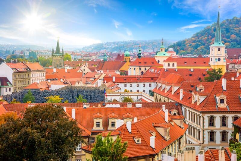 Vista aérea de telhados de telhas velhos na cidade Praga, Europa fotos de stock