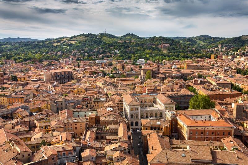 A vista aérea de telhados telhados vermelhos e de Torri devido antigo eleva-se no centro histórico da Bolonha foto de stock