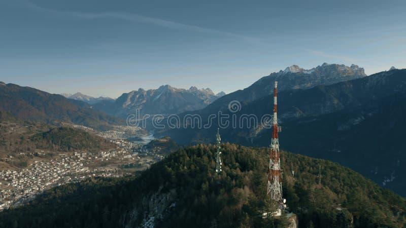 Vista aérea de torres da telecomunicação nas montanhas do norte, Itália foto de stock