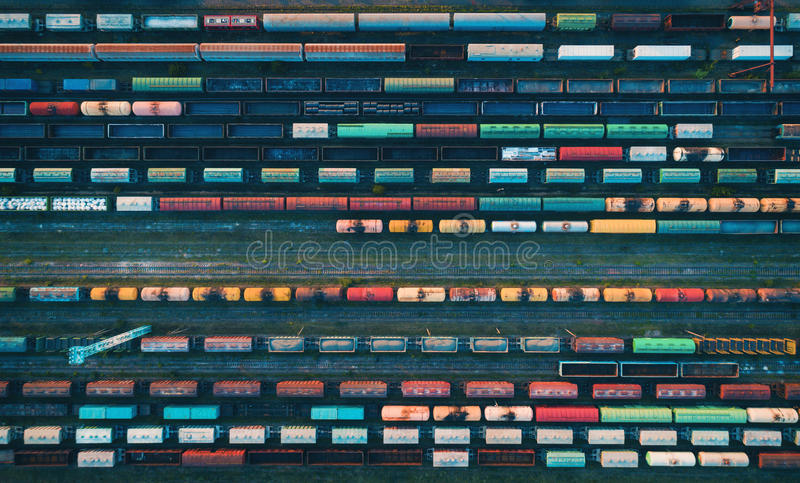 Vista aérea de trens de mercadorias coloridos fotos de stock royalty free