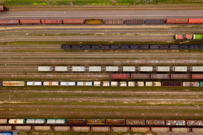 Vista aérea de trens de mercadorias coloridos com os bens na estação de trem imagem de stock