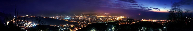 Vista aérea de Trieste en la noche imagen de archivo libre de regalías