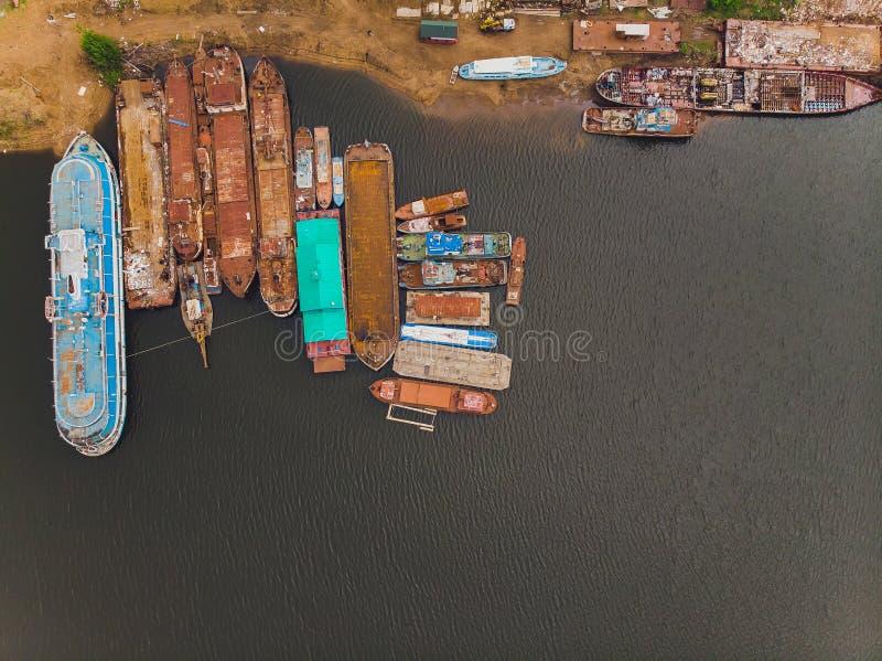 Vista aérea de Tugboat, Tanker y contenedores estacionado en astilleros para reparaciones Puede utilizarse para envíos o fotos de archivo libres de regalías
