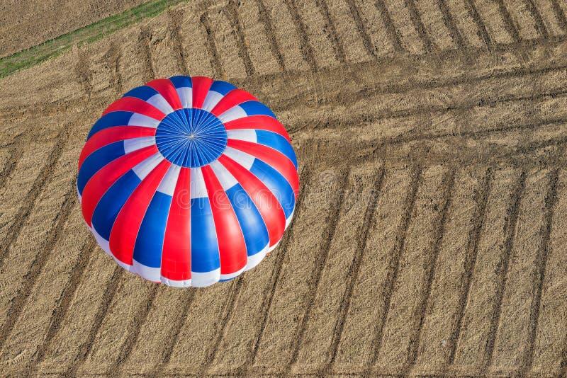 Vista aérea de um balão de ar quente imagens de stock royalty free