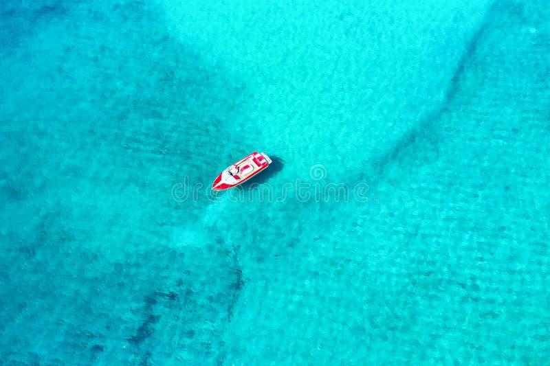 Vista aérea de um barco a motor amarrado na ilha de Mykonos, Grécia imagem de stock